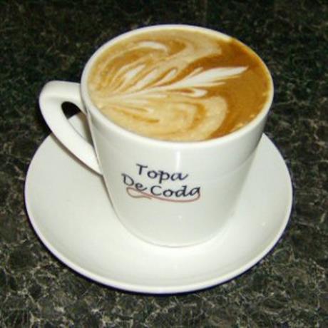 Latte Art coffee served in Topa De Coda branded cups
